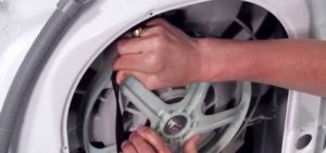 снять ремнь с двигателя